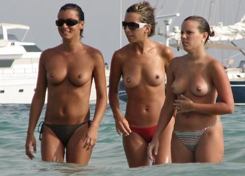 海で裸になってる西洋美女のヌード画像 1