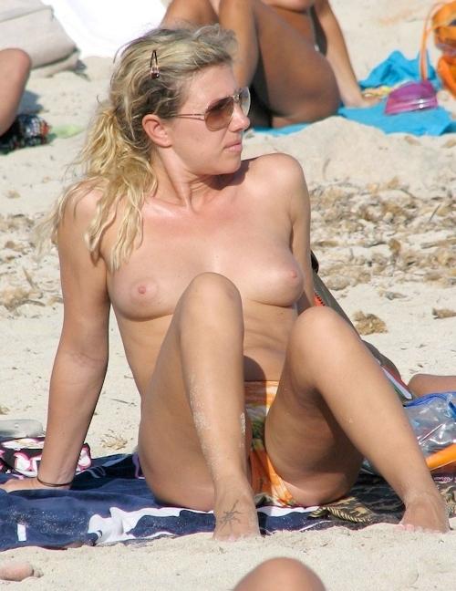 海で裸になってる西洋美女のヌード画像 6