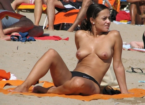 海で裸になってる西洋美女のヌード画像 14