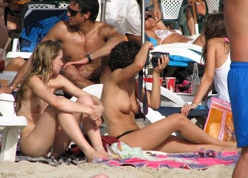 海で裸になってる西洋美女のヌード画像 15