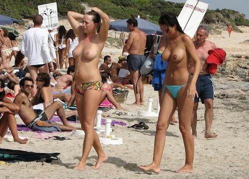 海で裸になってる西洋美女のヌード画像 16