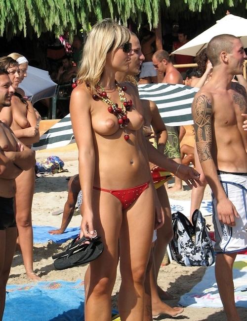 海で裸になってる西洋美女のヌード画像 17