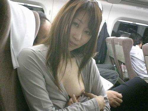 新幹線の中でおっぱいを露出してる素人美女の画像 5