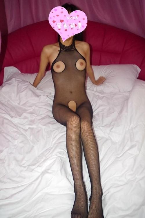 網タイツを履いたパイパン素人女性のハメ撮りヌード画像 2