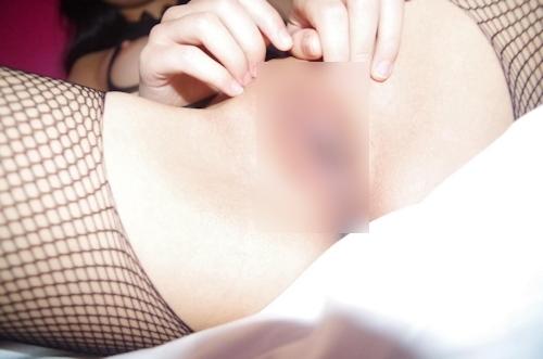 網タイツを履いたパイパン素人女性のハメ撮りヌード画像 8