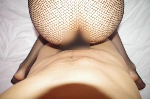 網タイツを履いたパイパン素人女性のハメ撮りヌード画像 13