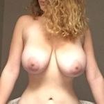 爆乳な金髪素人女性の自分撮りヌード画像