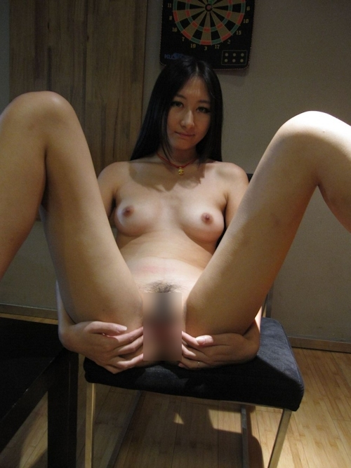 黒髪ストレートヘアーで美乳な日本の素人美女のヌード画像 9
