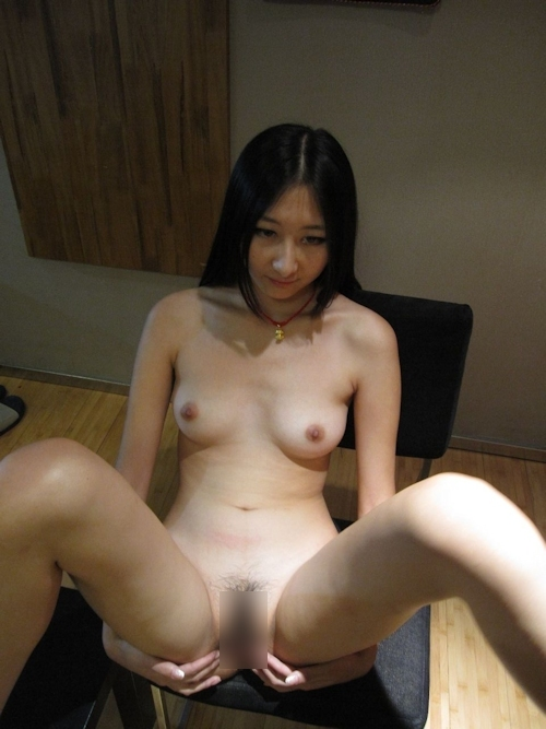 黒髪ストレートヘアーで美乳な日本の素人美女のヌード画像 10