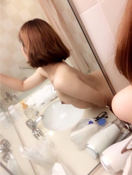 美微乳な日本の素人女性の自分撮りヌード画像 4