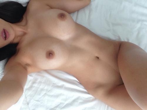 美乳なアジア系素人女性の自分撮りヌード画像 8