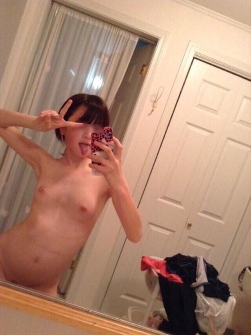 美微乳素人美女が全裸でノリノリで自分撮りしたヌード画像 1