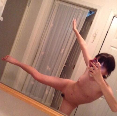 美微乳素人美女が全裸でノリノリで自分撮りしたヌード画像 5