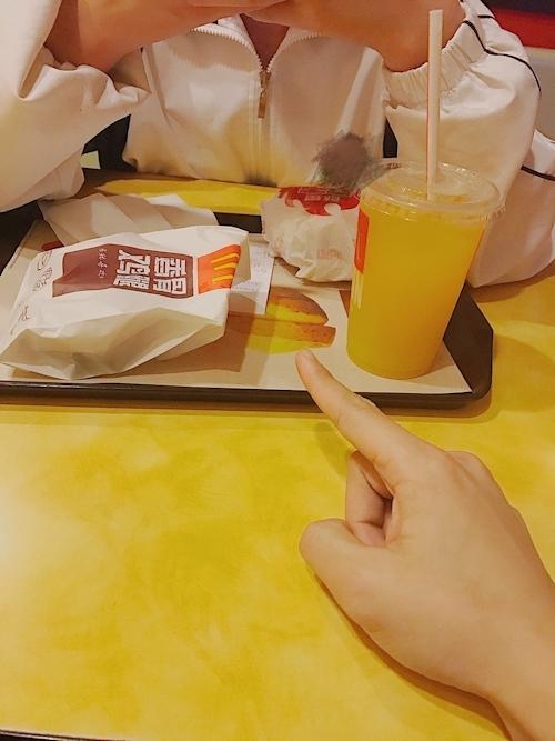 ガールフレンドにマクドナルドでおっぱいを露出させてる画像 2