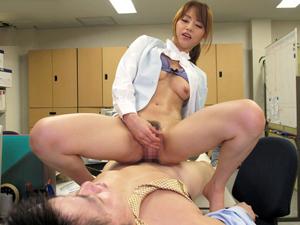 オフィスでM男の部下を虐めマンコキ抜きする痴女OL上司 吉沢明歩