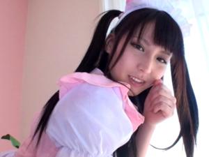 中出しまでOKの美少女メイドが両手でチンポを挟んで一生懸命フェラして口内発射でザーメンを受け止めます!