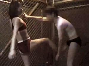 金網の中で屈強な女子アスリートに金蹴りされ続けギンギンに勃起するM男