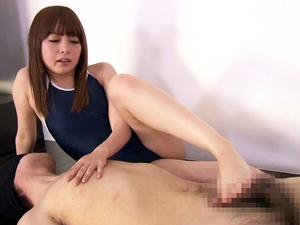 スク水痴女がアクロバティックな足コキで目隠しM男を責めまくる!