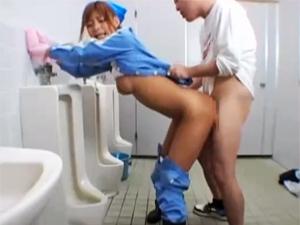 美人清掃員がトイレ掃除で見てしまったチンポに発情しフェラ!マンコに誘導してSEXしちゃいます!