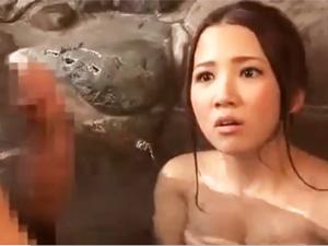 露天風呂でのぼせてた美女を介抱するフリをして…