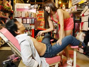 セルショップ1日店長に就任した友田彩也香がMっ気のあるお客さんを拘束して淫語を浴びせながら乳首チンポ責め!