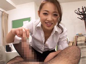 ミスした部下にチンポを露出させ包茎を馬鹿にしながら包皮の中に舌を突っ込む変態女上司 宮村恋