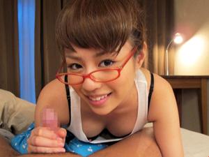 瑠川リナ 可愛い妹が寝てる兄のチンポにイタズラ!関西弁淫語で責めながらの濃厚なフェラで朝一ザーメンをメガネ顔射!