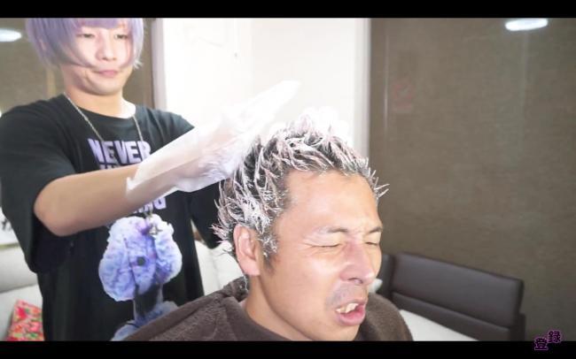 【悲報】ユーチューバー、除毛剤を髪の毛に塗られハゲ散らかすwwwwww