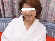 【無】ベッドを軋ませる激しい突きに眉間に皺寄せ感じる色白三十路妻||