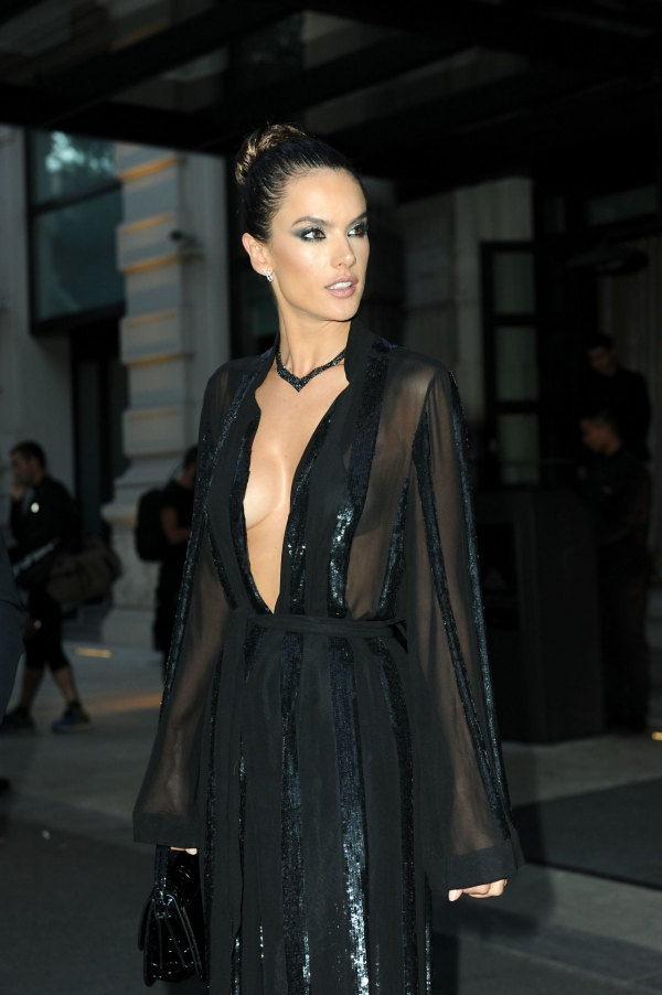 alessandra-ambrosio-leaving-her-hotel-20 (2)