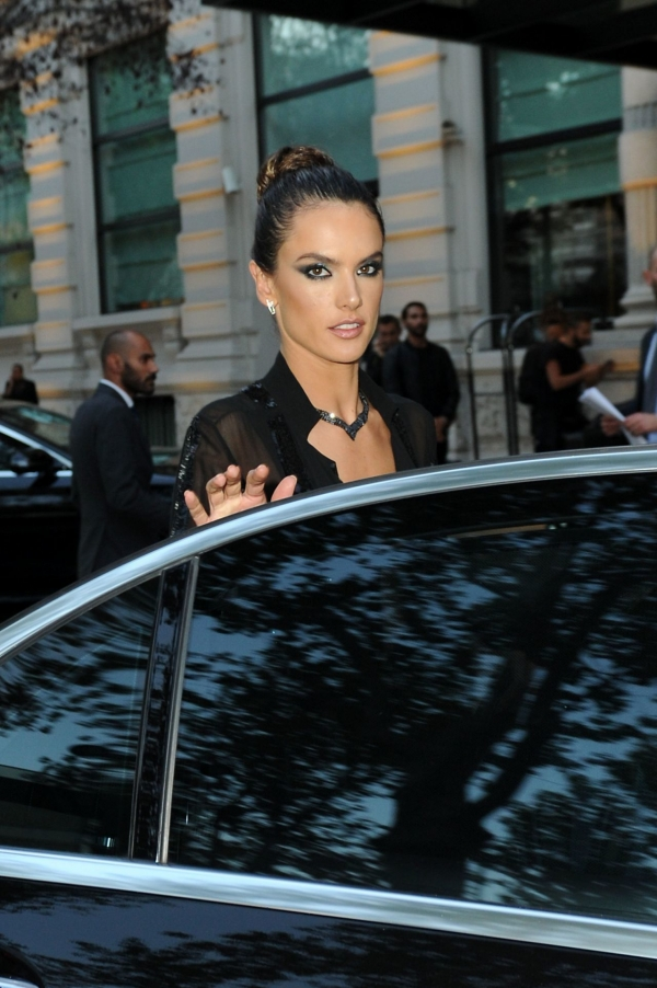 alessandra-ambrosio-leaving-her-hotel-20 (4)