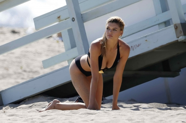 kelly-rohrbach-on-the-set-of-a-photoshoot-in-malibu-may-23-2016-11.jpg