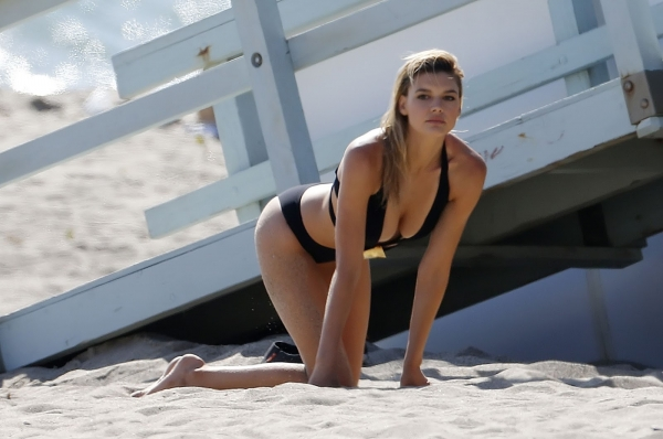 kelly-rohrbach-on-the-set-of-a-photoshoot-in-malibu-may-23-2016-12.jpg