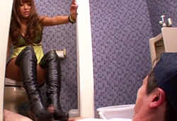 トイレで痴女ギャルに襲われブーツでチンポを踏みつけられ足コキされる!1