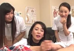 患者の下半身を弄ぶ熟女看護師達